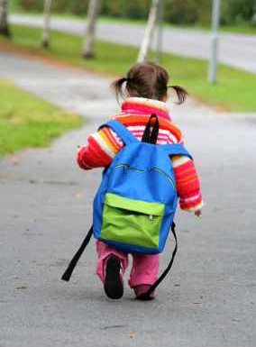 little-kid-and-backpack-too-big-lr-284x385
